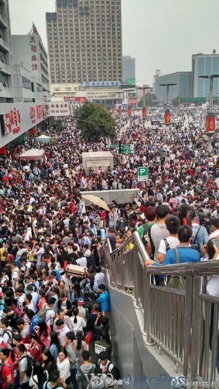 吓哭!郑州十一长假的火车站