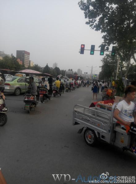 郑州刘庄摩的围满公交站台 逼公交停车快车道