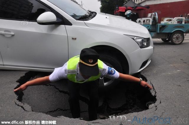 咋了?郑州路面两天两塌