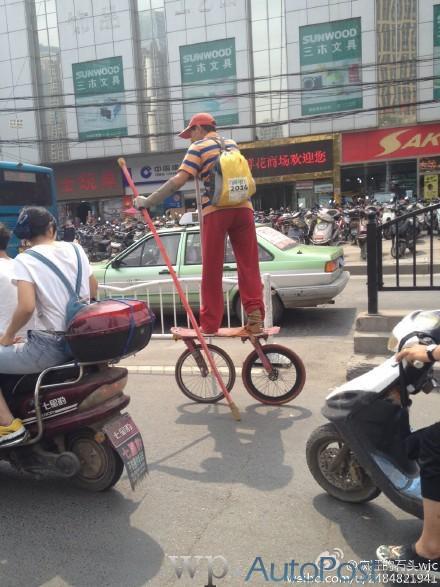 """高手在民间!郑州街头惊现""""滑车哥"""""""