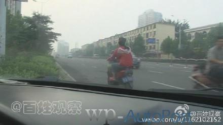 郑州奇葩电动车 挂汽车牌照还逆行