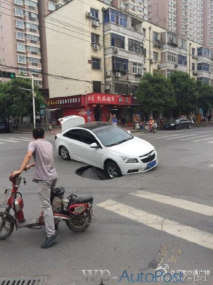 郑州路面再现塌陷 一辆轿车被坑